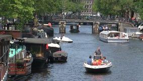 Ocupado con los barcos en el canal de Amsterdam almacen de metraje de vídeo