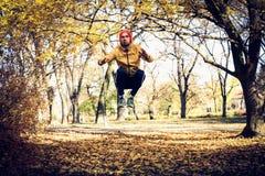 Ocupas de salto no parque Exercício do homem de Yang foto de stock