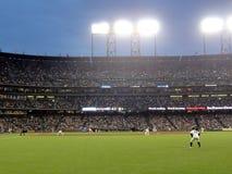 Ocupas do outfielder prontas para o jogo como throws do jarro Imagem de Stock Royalty Free