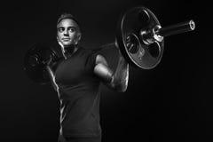 Ocupas musculares do treinamento do homem com os barbells aéreos fotografia de stock