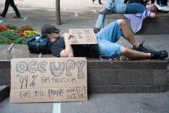 Ocupe la reclinación de los manifestantes de Wall Street Foto de archivo libre de regalías
