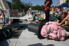 Ocupe a los activistas de la C.C. preparan la marioneta gigante imágenes de archivo libres de regalías