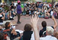 Ocupe a los manifestantes de Wall Street que organizan Foto de archivo