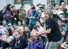 Ocupe a los manifestantes de Wall Street que organizan Imagen de archivo libre de regalías
