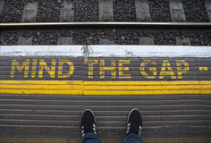 Ocupe-se de Gap em uma plataforma subterrânea de Londres Imagem de Stock Royalty Free