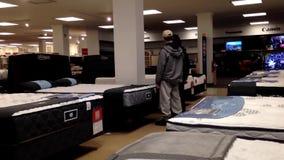 OCustomer-Einkaufsmatratze innerhalb Sears-Speichers stock video
