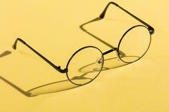 Oczu szkła odizolowywający na żółtym tle fotografia royalty free