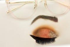 Oczy krótkowzroczna dziewczyna ilustracji