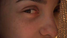 Oczy młoda dziewczyna z piegami na ona twarzy zakończenie zdjęcie wideo