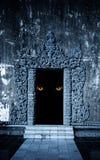 Oczy potwór w otwartym antycznym drzwi fotografia royalty free