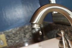Oczyszczony aluminiowy faucet z pojedynczą kroplą marznącą woda w czasie obraz stock