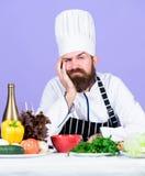 Odżywczy wybór vite mężczyzna używa kitchenware Fachowy szef kuchni w kucharza mundurze Zdrowy jedzenie i jarosz zdjęcia stock