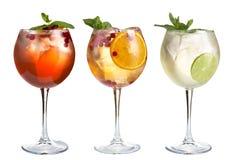 Odświeżający koktajle z mennicą, owoc i jagodami na białym tle, Set trzy koktajlu w szklanych czara zdjęcia royalty free