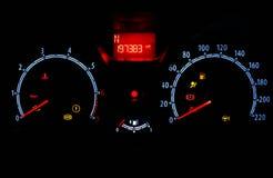 Odómetro dentro del coche en noche Foto de archivo