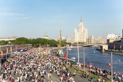 Odödlig regementeprocession i Victory Day - tusentals folk som marscherar längs den Moskva flodinvallningen Fotografering för Bildbyråer