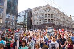 Odödlig regementeprocession i Victory Day - tusentals folk som marscherar längs den Tverskaya gatan in mot den röda fyrkanten Arkivfoton
