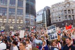 Odödlig regementeprocession i Victory Day - tusentals folk som marscherar längs den Tverskaya gatan in mot den röda fyrkanten Arkivfoto