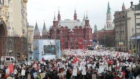 Odödlig regementeprocession i Victory Day - tusentals folk som marscherar längs den Tverskaya gatan in mot den röda fyrkanten lager videofilmer