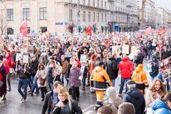 Odödlig regementeprocession i Victory Day - tusentals folk som marscherar längs den Tverskaya gatan in mot den röda fyrkanten Royaltyfri Foto