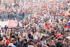 Odödlig regementeprocession i Victory Day - tusentals folk som marscherar längs den Tverskaya gatan in mot den röda fyrkanten och Arkivfoton