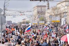 Odödlig regementeprocession i Victory Day - tusentals folk som marscherar in mot den röda fyrkanten och Kreml Royaltyfri Bild
