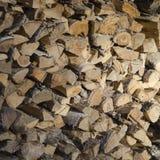 Odłupany i piłujący drewno dla rozogniać pa zdjęcie royalty free