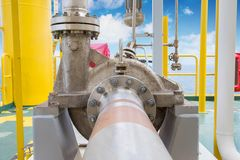 Odśrodkowa pompa w ropa i gaz przerobowej platformie używać dla przeniesienie ciekłego kondensata w ropa i gaz środkowej przerobo Obrazy Stock