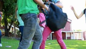 Odświętność ucznie biega wpólnie i skacze zbiory wideo