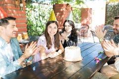 Odświętność urodziny Z przyjaciółmi Jest zabawą obrazy stock