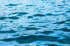 odświeżająca błękitna pływackiego basenu woda jako tło Fotografia Royalty Free