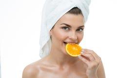 Odświeżająca kobiety łasowania pomarańcze Zdjęcia Royalty Free