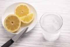 Odświeżająca zimna woda z cytryną Z lodem przygotowywający jeść Następnie będzie po tnącej owoc nóż Zaparowywający szkło fotografia stock