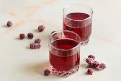 Odświeżającego lata czereśniowy sok z jagodami na stole w gl obrazy stock