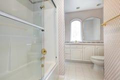 Odświeżający łazienki wnętrze w miękkich kolorach obrazy stock