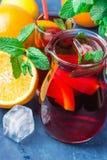 Odświeżający bezalkoholowy Hiszpański Sangria od rozmaitości owoc cytrusa granatowa winogron Pomarańczowe jagody i Świeża mennica Fotografia Royalty Free