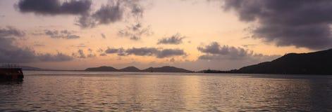 Odświeżający Panoramiczny widok romantyczny zmierzchu niebo, seascape w wieczór z złotym lekkim odbiciem na wodzie i Lato, zdjęcia royalty free