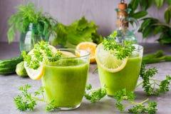 Odświeżający smoothies od ogórka, zielonego jabłka i świeżych ziele, Fotografia Stock