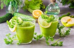 Odświeżający smoothies od ogórka, zielonego jabłka i świeżych ziele, Zdjęcie Royalty Free