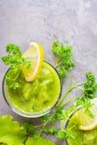 Odświeżający smoothies od ogórka, zielonego jabłka i świeżych ziele, Zdjęcie Stock