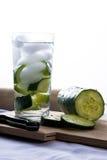 Odświeżający szkło ogórek woda. Zdjęcia Stock