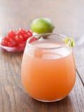 Odświeżający tropikalny koktajl z owocowym sokiem Fotografia Stock