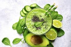 Odświeżający zielony smoothie z szpinakiem, avocado, ogórkiem i bana, Fotografia Royalty Free