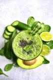 Odświeżający zielony smoothie z szpinakiem, avocado, ogórkiem i bana, Obraz Stock