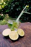 Odżywcza detox woda z wapnem i mennicą w szkle na drewnianym tle Zdjęcia Stock