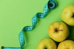 Odżywiania i zdrowie symbole Jabłka w jaskrawym - zielony kolor zdjęcie stock