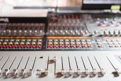 Od调整器和一个混合的控制台的红色按钮 它用于为了音频信号修改能达到渴望的 免版税库存图片