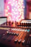 Od调整器和一个混合的控制台的红色按钮 它用于为了音频信号修改能达到渴望的 库存照片