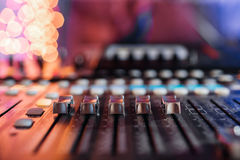 Od调整器和一个混合的控制台的红色按钮 它用于为了音频信号修改能达到渴望的 免版税图库摄影