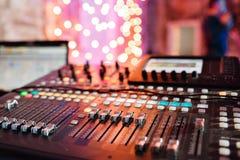 Od调整器和一个混合的控制台的红色按钮 它用于为了音频信号修改能达到渴望的 库存图片