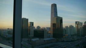 Od budynku okno przeglądać nowożytną architekturę przy zmierzchem przez okno, słońce przepustka zdjęcie wideo